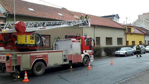 Silný vítr na jižní Moravě: poškozené střechy, polámané stromy blokovaly silnice