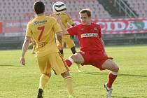 Brněnský fotbalista Alois Hyčka (v červeném) při zápase s pražskou Duklou.