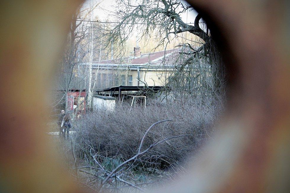 Bývalý armádní areál v brněnské Lerchově ulici chátrá. Rozhoduje se o jeho budoucím využití.