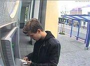 Policisté žádají lidi o pomoc při pátrání po mladém muži, kterého u bankomatu zachytila videokamera. Z přístroje měl vzít třináct tisíc, které tam předtím zapomněl jiný muž.