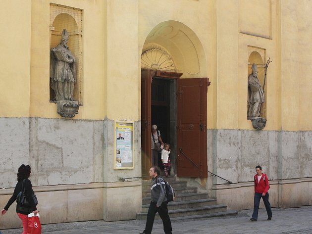 Svatého Martina a svatého Mikuláše vystavuje na průčelí kostel svaté Máří Magdalény v Masarykově ulici.