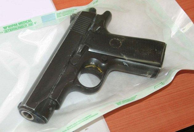 Mladíci se na loupež vybavili airsoftovou pistolí a kuklami.