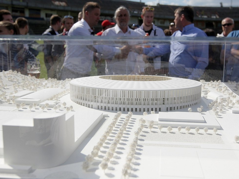 Před třemi lety představitelé města Brna slavnostně ukazovali maketa plánovaného nového fotbalového stadionu za Lužánkami. Od té doby se kupředu nepokročilo...