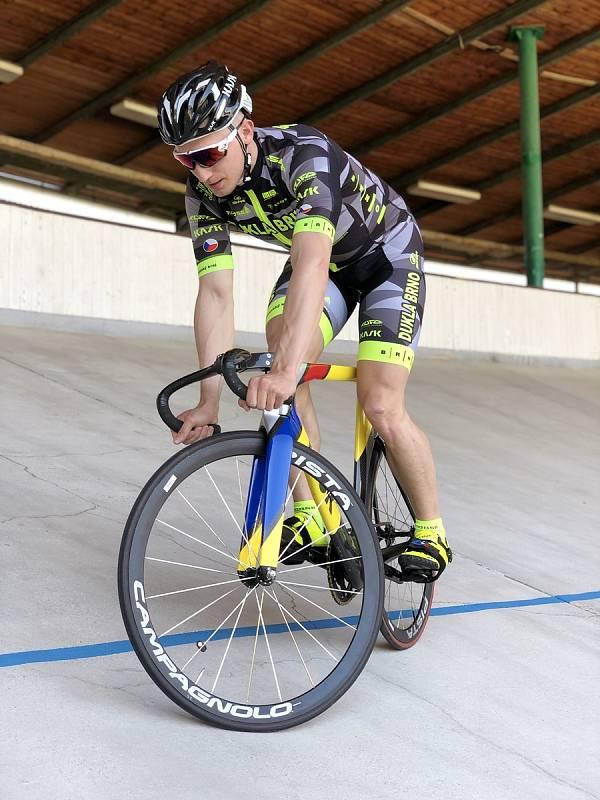 Dráhový cyklista brněnské Dukly Robin Wagner v novém týmovém dresu.