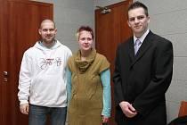 Trojici obžalovaných (zleva Petr Čvartinský, Hana Ordáňová a Erik Lamprecht) hrozilo za založení a podporu hnutí potlačující práva člověka až pětileté vězení. Soud je zprostil obžaloby.