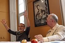 mem uctilo v úterý Divadlo Husa na provázku brněnského dramatika Milana Uhdeho a hudebního skladatele Miloše Štědroně (na snímku vpravo).