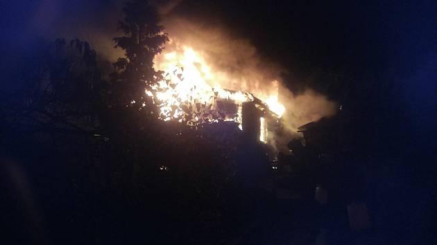 V brněnské městské části Ivanovice hasiči ve středu večer likvidovali požár chaty.