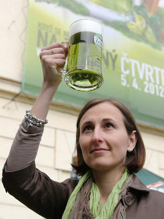 K tradičním symbolům Velikonoc patří vajíčko a pomlázka. V posledních letech se k nim připojilo také zelené pivo. Letos ho v pivovaru Starobrno navařili šest tisíc hektolitrů.