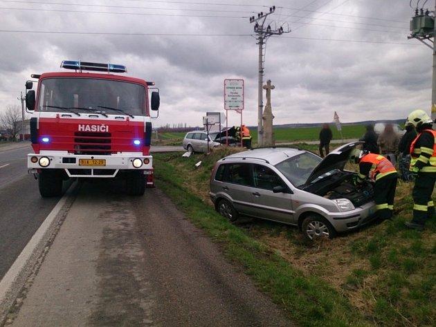 Čtvrteční dopravní nehoda mezi obcemi Pozořice a Holubice ukřižovatky srychlostní silnicí zBrna do Vyškova.