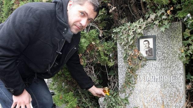 Pomník legionáře Karla Darmopila na brněnském židenickém hřbitově, na který staví zapálenou svíčku šéfredaktor Deníku Rovnost Tomáš Herman.