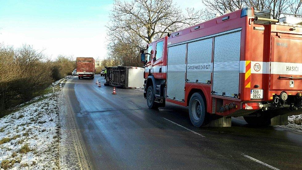 V Židlochovicích se po havárií dodávka převrátila na bok.