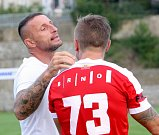 Třetí kolo poháru zvládli fotbalisté Zbrojovky (v červeném) bez potíží.