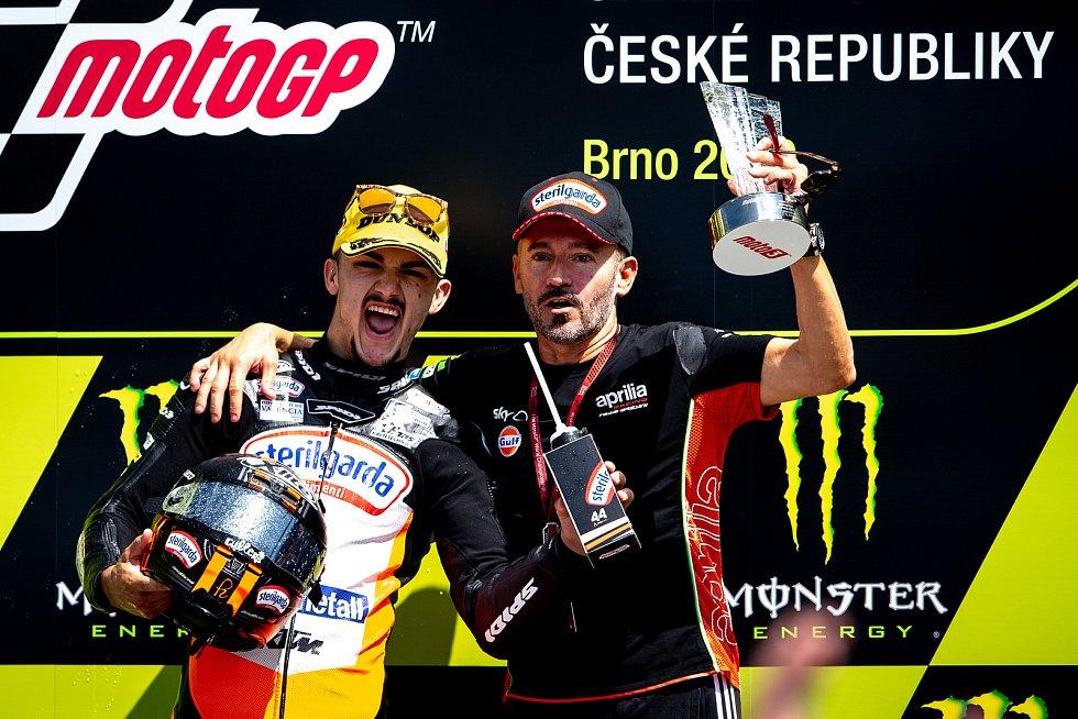 Finálový závod Moto3 Velká cena České republiky, závod mistrovství světa silničních motocyklů v Brně 4. srpna 2019. Na snímku výtěz (vlevo) Aron Canet (SPA).