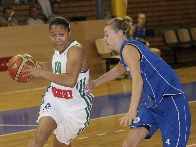 Basketbalistka Ashleigh Fontenetteová (vlevo).