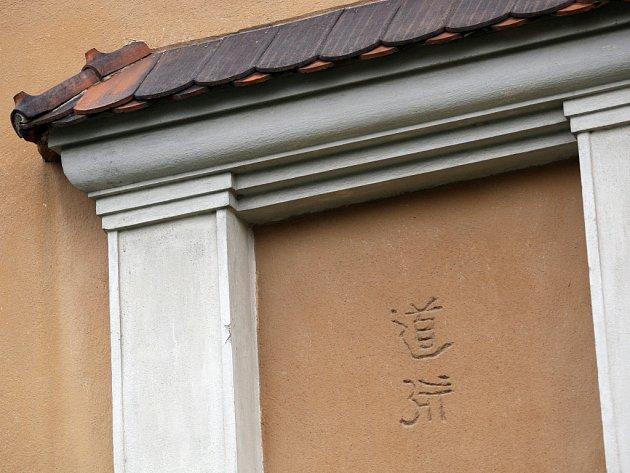 Tyto dva znaky jsou na domě v Masarykově čtvrti.