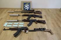 Nelegálně upravené zbraně a jejich doplňky, které policisté zajistili u trojice mužů z jižní Moravy.