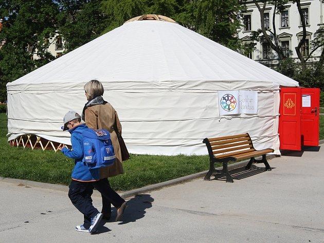 V tradičním obydlí kočovných kmenů z Asie mohou zájemci až do začátku června přenocovat na Obilním trhu. Zážitek na jednu noc přivezl do Brna již podruhé putovní festival Mandala dětem.