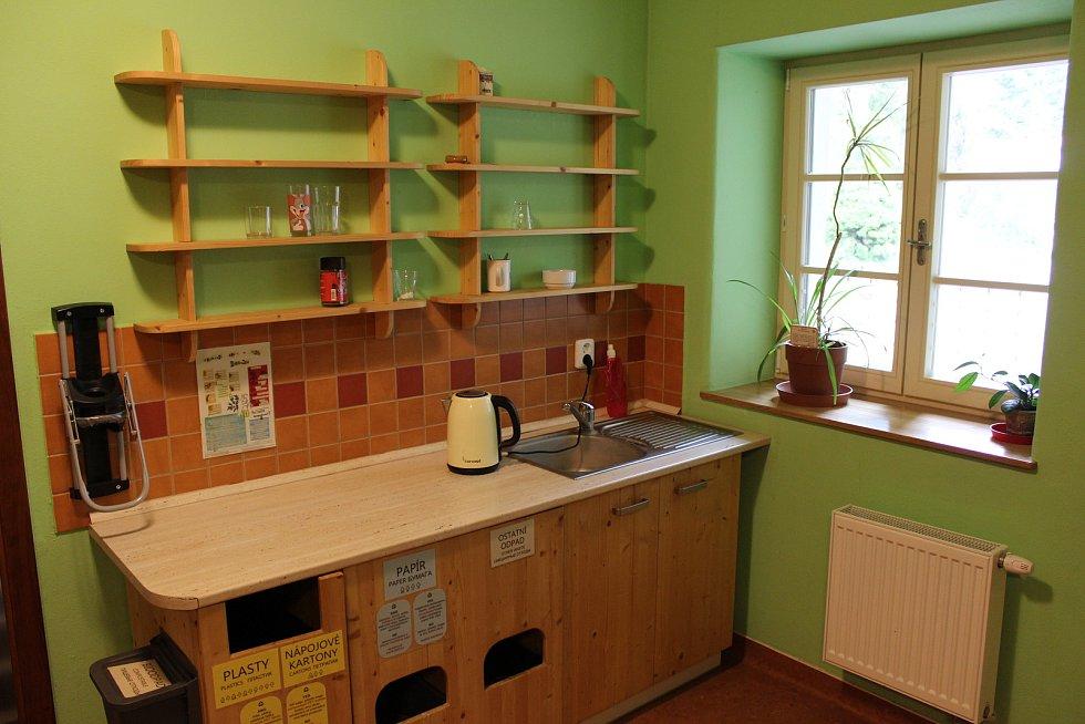 Na Kaprálově mlýně je zajištěné stravování v místní kuchyni, skupinky návštěvníků (školy nebo skauti) ale mohou využití i kuchyňku.