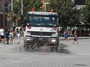 Do ulic v centru Brna vyjelo v pondělí kvůli tropickým teplotám kropící auto.
