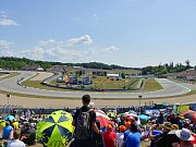 Brno - Fanoušci ze zaplněných tribun sledovali závody letošní motocyklové Velké ceny na brněnském Masarykově okruhu.