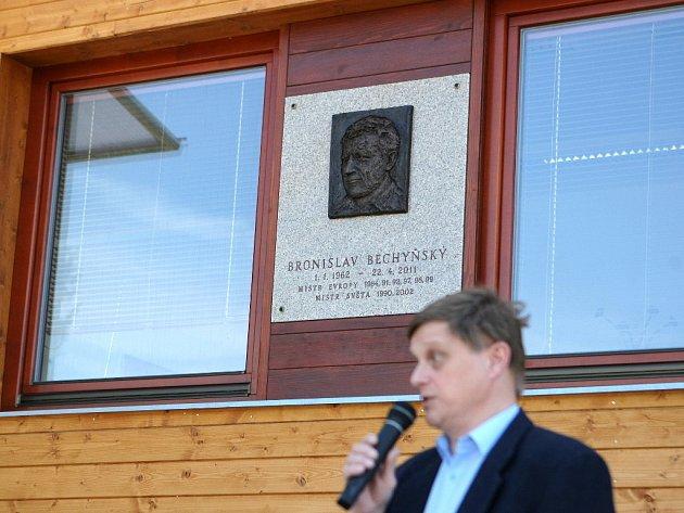 Odhalení pamětní desky tragicky zesnulého Bronislava Bechyňského.