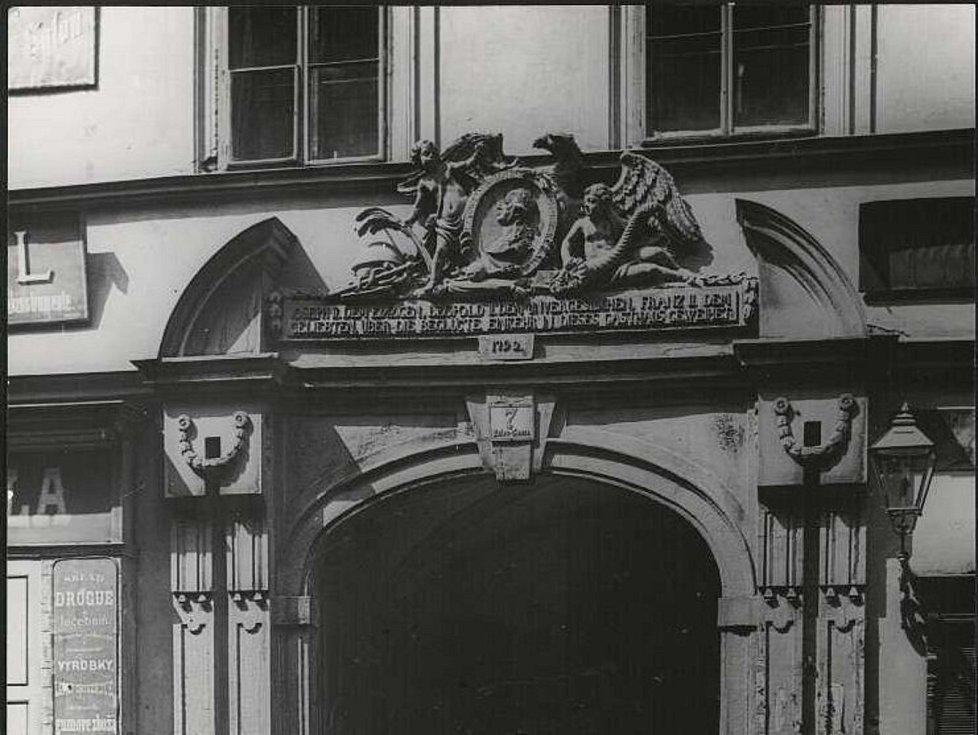 Symbol orlice z císařského erbu dovolil umístit na fasádu tehdejšího hostince císař Josef II. na znamení spokojenosti. Původní stavbu nahradil později nájemní dům, do jejíž fasády stavebník orlici zakomponoval.