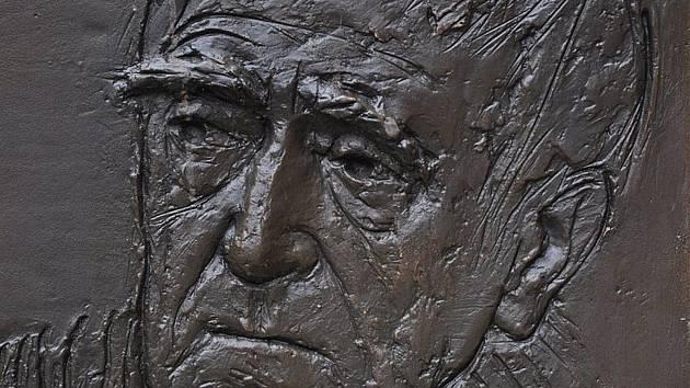 Básník a prozaik Jan Skácel studoval na gymnáziu v Břeclavi. Později působil například jako referent Rovnosti v Brně.