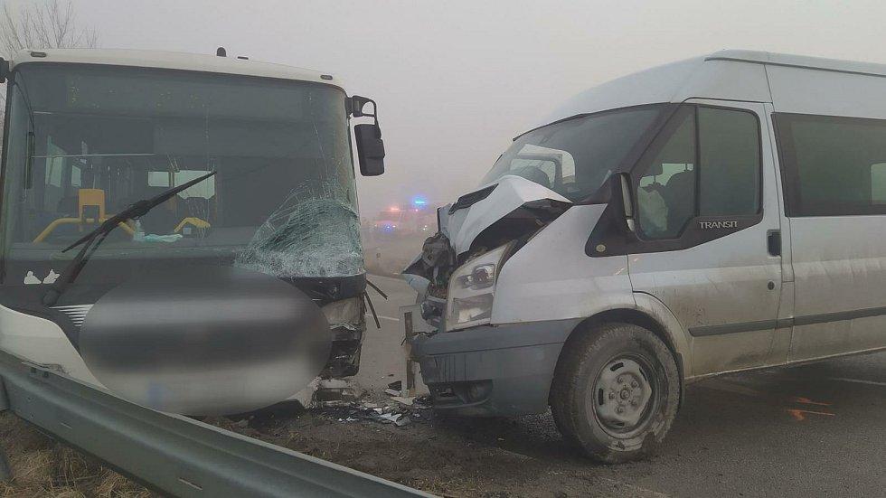 Srážka dodávky a autobusu zkomplikovala dopravu poblíž Žarošic.