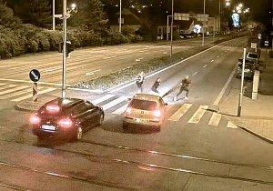 VIDEO: Děsivá nehoda v Brně. Auto smetlo chodkyni na přechodu, další uskočily