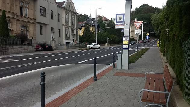 Cestou na tramvaj obchází sloupky lemující chodník. To vadí některým Brňanům, kteří využívají zastávku Všetičkova v Údolní ulici. Lidé věří, že poté, co auta začala v místě jezdit ve stejném pruhu jako tramvaje, již sloupky na kraji chodníku nejsou potřeb
