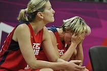 České basketbalistky ve čtvrtfinále olympijských her v Londýně podlehly Francii 68:71 a v turnaji končí. Na snímku Hana Horáková (vpravo) a Eva Vítečková.