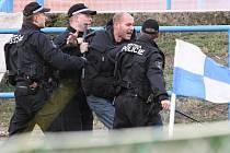 Brněnští příznivci, kterých do Znojma dorazily téměř dvě stovky, zaházeli hrací plochu dýmovnicemi, dostali se do potyčky s pořadateli a několik z nich se pokusilo vtrhnout na hrací plochu.