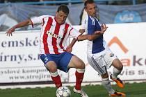 Fotbalista Zbrojovky Pašek (s míčem) uniká znojemskému Zifčákovi - ilustrační fotografie.