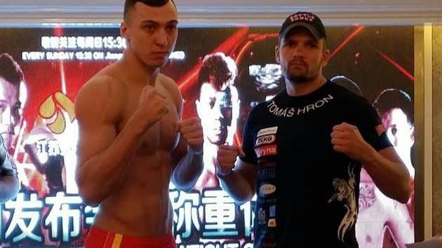 Brněnský thajboxer Tomáš Hron (vpravo) a Roman Kryklia z Ukrajiny při oficiálním vážení v čínském Nankingu před turnajem Kunlun Fight 15.