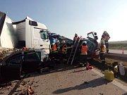 Hromadná nehoda čtyř aut zablokovala v úterý před jednou hodinou odpoledne dálnici D1 na 173. kilometru ve směru na Prahu. Při srážce zemřel člověk.