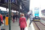 """Úplně plný rychlík přijel v devět hodin do Brna z Blanska. Cestovala jím i Yveta Malá. """"Bydlím kus cesty od Blanska a pracuji v Brně. Na vlak jsme jeli s kolegyněmi společně autem, jinak jsme nemohly,"""" sdělila Malá."""
