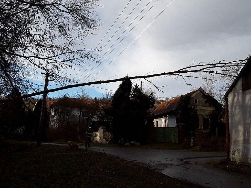 Jihomoravští hasiči vyjížděli v pondělí ke spadeným stromům i utržené střeše. Na vině byl orkán Sabine.