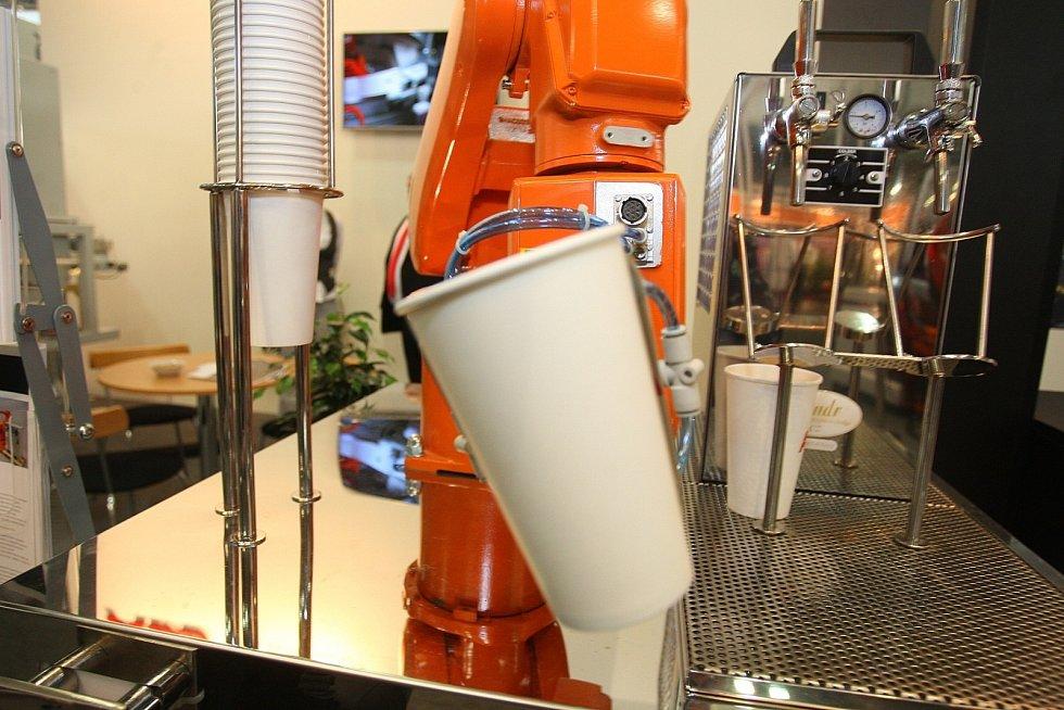 Jednou z nejzajímavějších atrakcí je robot, který umí natočit pivo a ohlídat přitom správnou míru i pěnu.