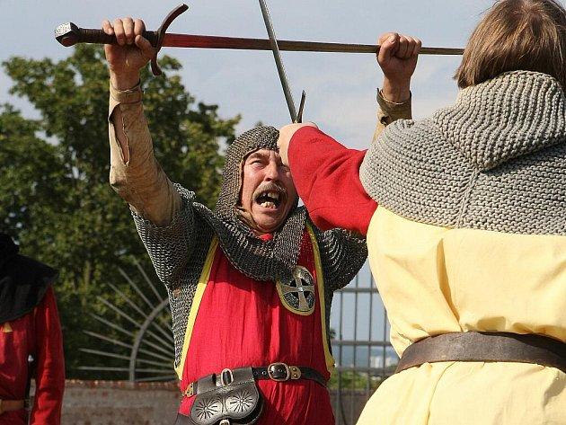 Vše o rytířské cti se dozvěděli ve čtvrtek návštěvníci brněnského hradu Špilberk, pro které si skupina historického šermu Rex ve spolupráci s Muzeem města Brna připravila představení Rytířem snadno a rychle.
