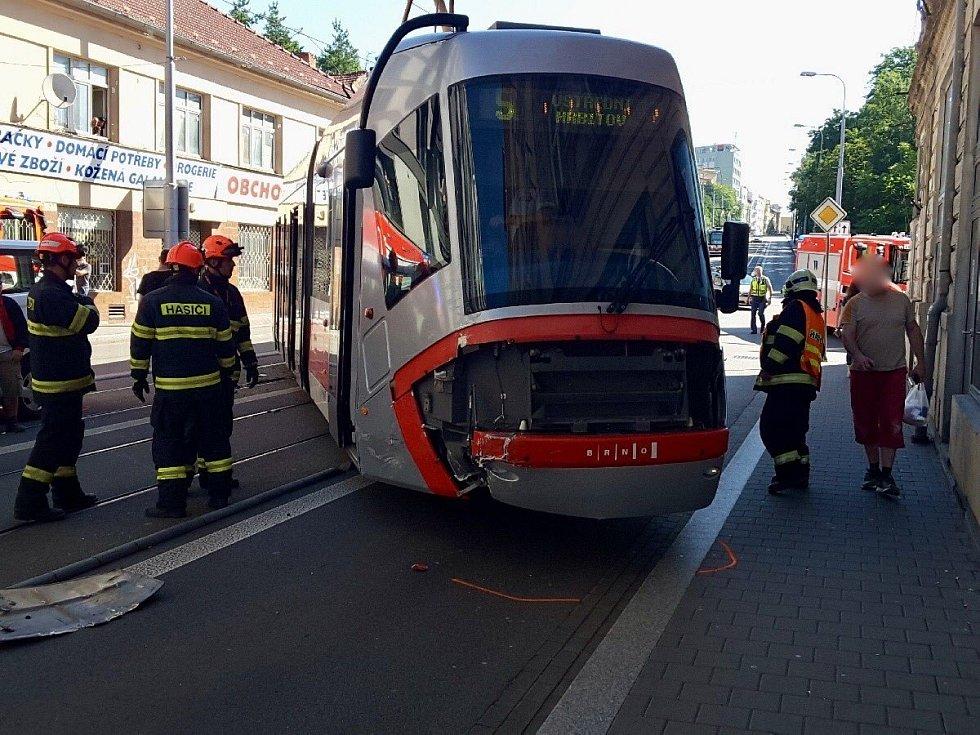 Vykolejená šalina na Milady Horákové v Brně, do které narazila dodávka. Cestující ocenil práci řidiče tramvaje.