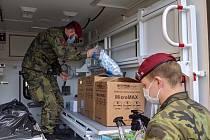 Pilují detaily, zvykají si na nový způsob práce, zaškolují pomocníky z armády. Jižní Morava má za sebou první dny příprav testování systému chytré karantény. Zapojení jsou do něho i hygienici a záchranáři.