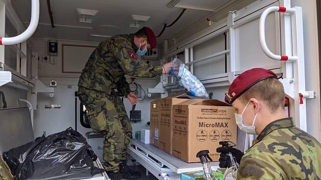Chytrá karanténa: vojáky na jižní Moravě školí u odběrů záchranáři