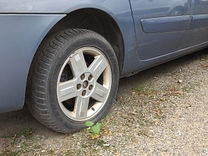 Propíchané pneumatiky u sedmi aut. Takový pohled se naskytl jednomu z místních v neděli ráno na parkovišti v brněnské Bulínově ulici naproti Sono Centru. Po vandalech, kteří mají zničená kola na svědomí, nyní pátrá policie.
