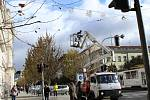 Technici instalovali vánoční ozdoby v centru Brna.