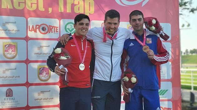 VÍTĚZ. Střelec z Vnorov na Hodonínsku Jakub Tomeček (uprostřed) ovládl závod ve skeetu také v Kataru.