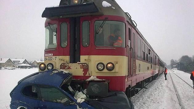Při srážce auta s vlakem v Troubsku zemřeli dva lidé.