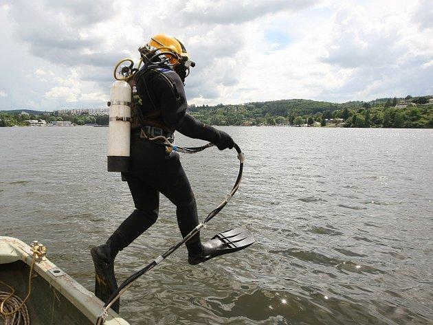 Potapěč v Brněnské přehradě spustil aerační věže, které promíchávají vodu.