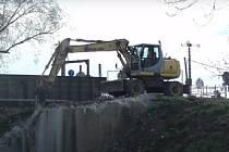 Bourání mostu přes řeku Svratku v Brně.
