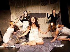 Studio Aldente přepracovalo monodrama Lenky Lagronové na inscenaci pro šest herců.