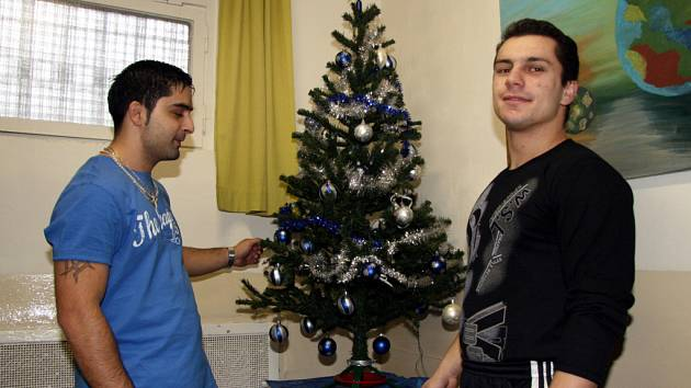 Vězni připravují vánoční výzdobu